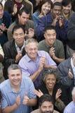 Grupp människor som tillsammans applåderar Royaltyfri Foto
