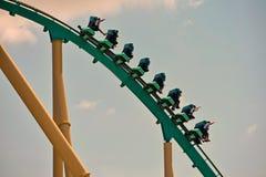 Grupp människor tycker om en Kraken berg-och dalbanaritt på det Seaworld havet Marine Theme Park royaltyfri bild