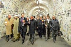 Grupp människor under den interfaith processionen mot terrori Royaltyfri Fotografi