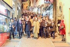 Grupp människor under den interfaith processionen mot terrori Royaltyfri Foto
