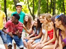 Grupp människor utomhus. arkivbilder