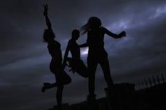 Grupp människorbanhoppning i luft Royaltyfria Foton