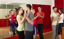 Grupp människordansrumba i studio royaltyfri bild