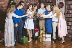 Grupp människorfamilj som är lycklig med härliga leenden att fira jul Arkivfoto