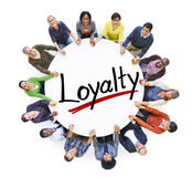Grupp människorinnehavhänder runt om bokstavslojalitet royaltyfri bild