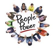 Grupp människorinnehavhänder runt om folkmakt Arkivfoton