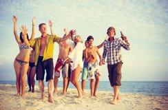 Grupp människorparti på stranden fotografering för bildbyråer