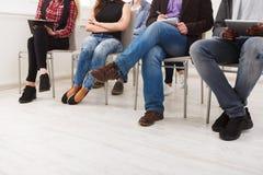 Grupp människorsammanträde på seminariet, kopieringsutrymme Royaltyfri Bild