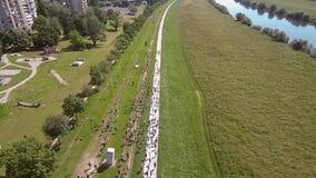 Grupp människorspring förbi floden från luft lager videofilmer