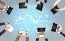Grupp m?nniskor med apparater i h?nder som teamworking p? b?rbara datorer, minnestavlor och, f?rbereder rapporten royaltyfri foto