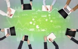 Grupp m?nniskor med apparater i h?nder som teamworking p? b?rbara datorer, minnestavlor och, f?rbereder rapporten arkivfoto