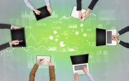 Grupp m?nniskor med apparater i h?nder som teamworking p? b?rbara datorer, minnestavlor och, f?rbereder rapporten arkivbild