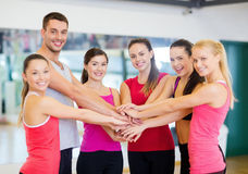 Grupp människor i idrottshallen som firar seger Royaltyfri Foto