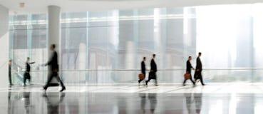 Grupp människor i lobbyaffärsmitten Royaltyfri Foto