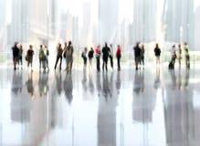 Grupp människor i lobbyaffärsmitten Arkivfoton