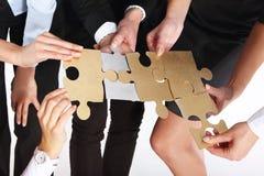 Grupp människor med guld- pussel för silver Royaltyfri Bild
