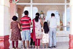 Grupp människor som ber på storslagna Bassin Royaltyfria Foton