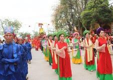 Grupp människor som deltar i traditionella festivaler Arkivfoto