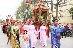 Grupp människor som deltar i traditionella festivaler Royaltyfri Bild