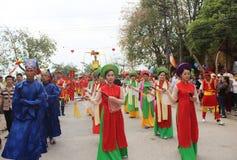 Grupp människor som deltar i traditionella festivaler Arkivbild