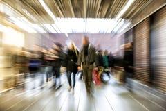 Grupp människor som går i shoppingmitten, rörelsesuddighet Royaltyfri Bild