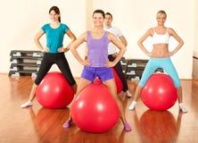 Grupp människor som gör övningar i en idrottshall Royaltyfri Fotografi