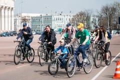 Grupp människorcyklister rider på gatan på öppningen av cyclinen Royaltyfri Bild