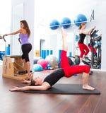 Grupp och crosstrainer för kvinnor för Aerobicspilatesidrottshall Arkivfoto