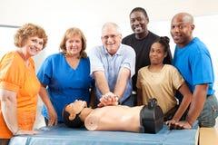 Grupp på CPR och första hjälpen Arkivbild