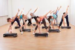 Grupp som gör aerobics som balanserar på bräden Royaltyfria Foton
