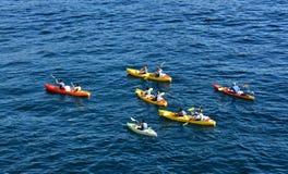 Grupp som kyaking i Adriatiskt havet, Kroatien Arkivbilder