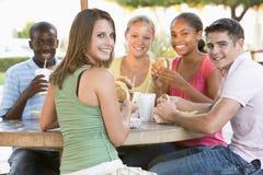 grupp som sitter utomhus tonåringar Royaltyfri Foto