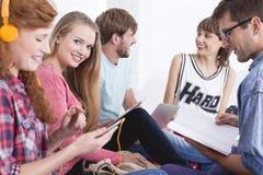 Grupp som tillsammans studerar Royaltyfri Fotografi