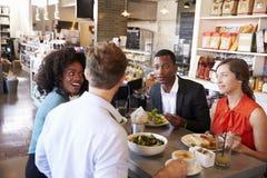 Grupp som tycker om affärslunch i matvaruaffär Royaltyfri Foto