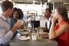 Grupp som tycker om affärslunch i matvaruaffär Royaltyfria Bilder