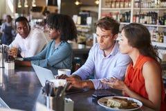 Grupp som tycker om affärslunch på matvaruaffärräknaren Arkivbilder