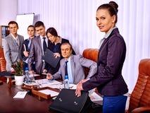 Gruppaffärsfolk i regeringsställning Arkivfoto