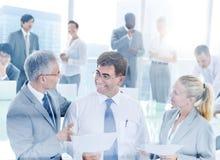 Gruppaffärsfolk som möter konferensbegrepp Arkivbild