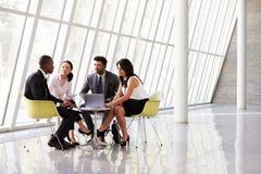 Gruppaffärsmöte i mottagande av det moderna kontoret Arkivfoto