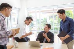 Gruppaffärsman som plattar till data på mötet Möte för affärsfolk arkivfoton
