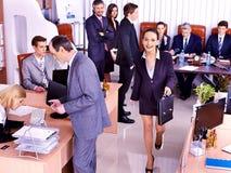 Gruppaffärsfolk i regeringsställning. Arkivbild