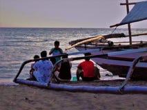 Gruppbild med vänner längs havskusten royaltyfri fotografi
