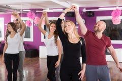 Gruppdans i klubba Royaltyfri Foto