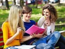 Gruppdeltagare med den utomhus- anteckningsboken. Arkivfoton