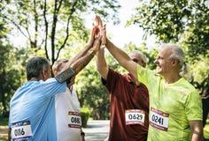 Gruppe ältere Athleten, die hohen fünf geben lizenzfreie stockfotos