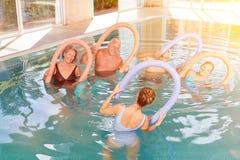 Gruppe ältere Bürger, die aquagym im Hotelpool haben Stockfotos