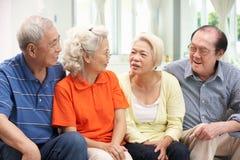 Gruppe ältere chinesische Freunde, die sich zu Hause entspannen Lizenzfreie Stockfotografie