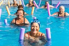 Gruppe ältere Frauen an der Aquaturnhallensitzung Lizenzfreie Stockfotos