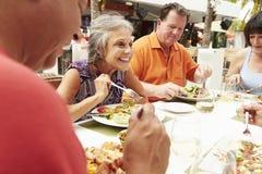 Gruppe ältere Freunde, die Mahlzeit Restaurant im im Freien genießen lizenzfreie stockbilder