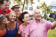 Gruppe ältere Freunde, die Selfie im Park nehmen stockfotografie